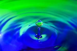 Grün Und Blau Kombinieren : wassertropfen waterdrops gr n blau foto bild experimente wasser tropfen bilder auf ~ A.2002-acura-tl-radio.info Haus und Dekorationen