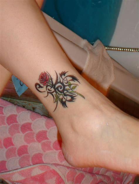 tatouage cheville tatouage rose rouge  scorpion tribal