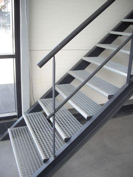 escalier en caillebotis metallique escalier m 233 tallique droit sur limons collat 233 raux marches en caillebotis acier m 233 tal