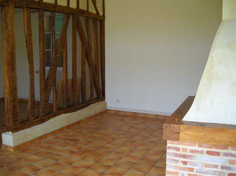 chambre avec picardie couleurs avec un carrelage marron orangé