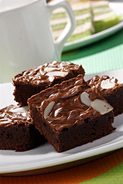 Kue yang satu ini identik dengan rasa coklatnya yang kuat namun nggak terlalu manis. Resep Kue Basah Brownis Kukus Amanda Terbaru
