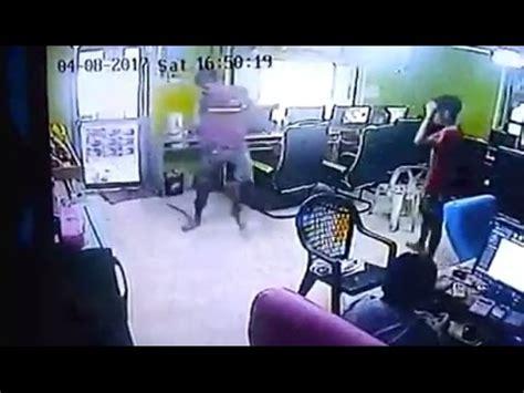 serpente volante serpente volante attacca il cliente negozio e scatta