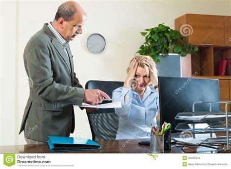 secretaire sous le bureau chef et secrétaire fâchés dans le bureau photo stock