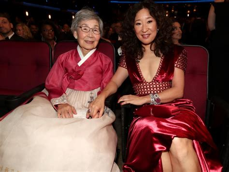 sandra oh mother sandra oh thanks parents in korean after golden globe win