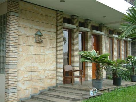 dinding batu alam interior rumah minimalis