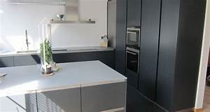 Küche Schwarz Matt : leicht k che matt schwarz glasplatte schwarze k che helle insel pinterest schwarze k chen ~ Markanthonyermac.com Haus und Dekorationen