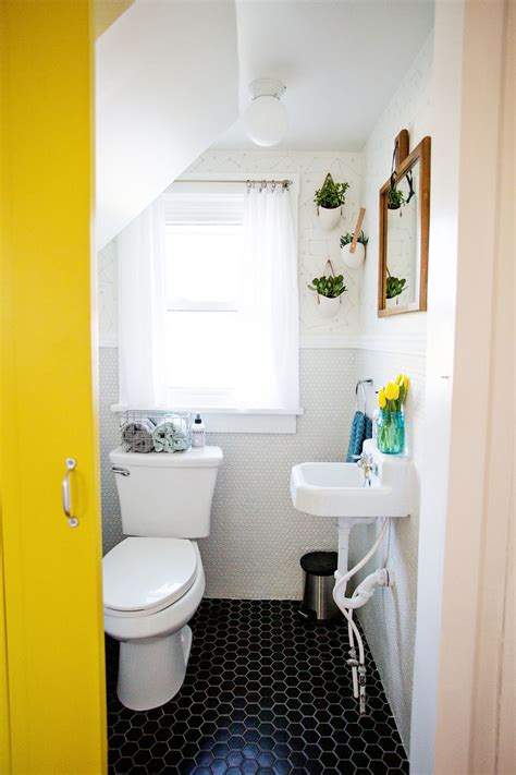 decorate  tiny bathroom   budget