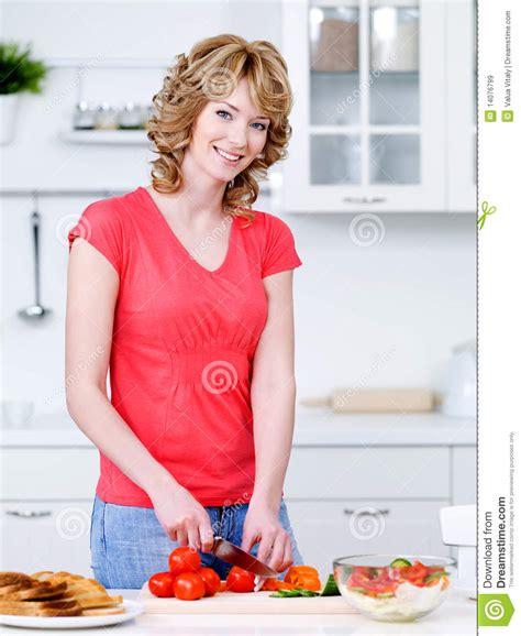 femme dans la cuisine beau femme faisant cuire dans la cuisine images libres de