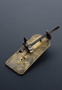 File:Leeuwenhoek simple microscope (copy), Leyden, 1901 ...