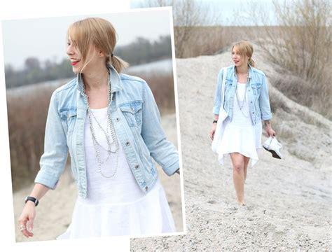 kleid mit jeansjacke fashionblogger karlsruhe strand weisses kleid jeansjacke lederchucks 15 lavie deboite