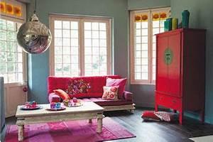 salon canape fushia et armoire rouge maison du monde With tapis oriental avec maison du monde canapé 2 places