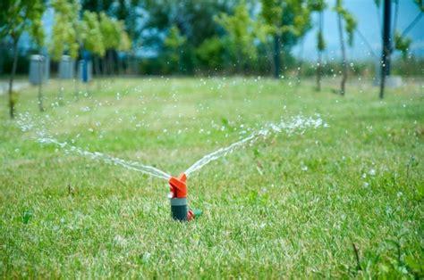 Rasen Düngen Regen by Rasenpflege Mit Den Richtigen Ger 228 Ten Rasenm 228
