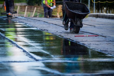 Rīgā asfaltēšanas darbu laikā slēgs satiksmi Krasta ielā ...