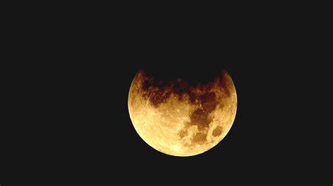 Lúc này ánh trăng sẽ mờ và mặt trăng sẽ mờ và tối đi. Hình ảnh nguyệt thực một phần quan sát tại Đài Thiên văn ...