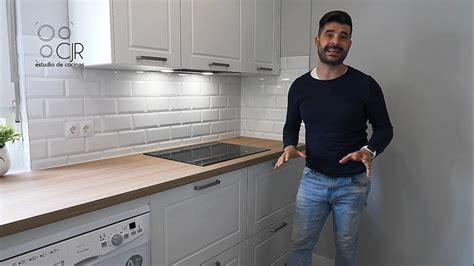 cocina moderna  muebles blancos  encimera madera