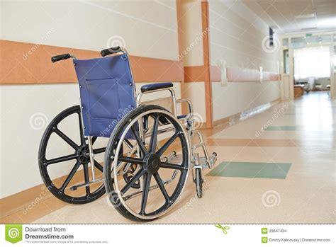 fauteuil roulant pour les paients handicap 233 s dans la clinique images stock image 29647494