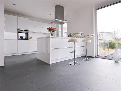 cuisine blanche sol gris carrelage sol salle de bain gris clair