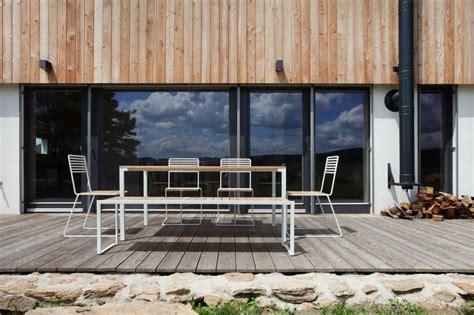 chaise exterieure chaise tina extérieur en métal et couleur bois ipé ou acacia
