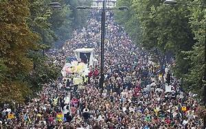 Notting Hill Carnival: Hundreds of thousands attend Europe ...