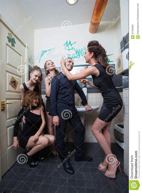 homme dans la toilette avec les femmes ivres photo stock image 61794560