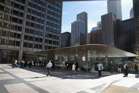 Store Chicago apple michigan avenue chicago store opens as new flagship