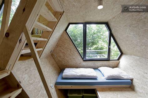 canapé convertible intérieur contemporain épuré dans une cabane dans les arbres