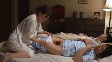 madre japonesa tiene sexo con su hijo pequeño