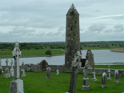 File:Clonmacnoise Rundturm Shannon.jpg - Wikimedia Commons