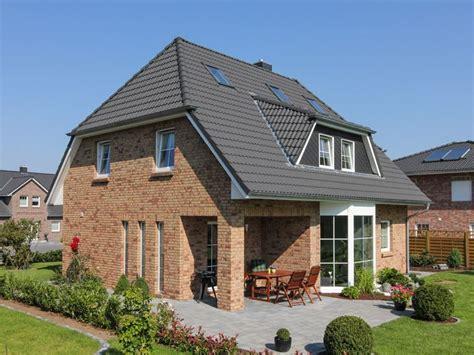 Moderne Häuser Mit Krüppelwalmdach by Klassisches Einfamilienhaus Mit Kr 252 Ppelwalmdach Und