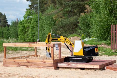 Jēkabpils Mežaparkā jauna izklaide - mini ekskavators