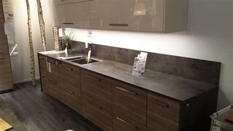 cuisine effet beton cuisine noyer gris clair plan de travail effet béton