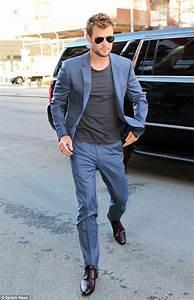 Blauer Anzug Schuhe : chris hemsworth looks dashiing in a blue suit and t shirt the president chris hemsworth ~ Frokenaadalensverden.com Haus und Dekorationen