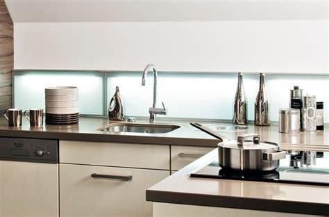 comment fixer une cr馘ence de cuisine comment fixer une credence en verre maison design bahbe com