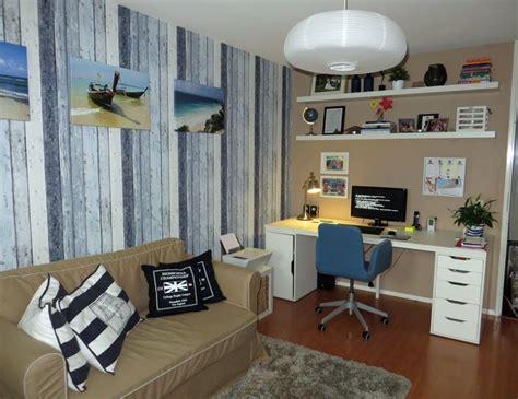 bureau pc ikea computer logeerkamer met slaapbank met steigerhout behang