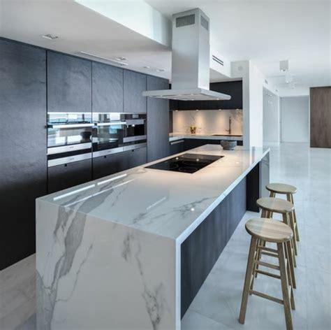 faux plafond cuisine ouverte la cuisine équipée avec îlot central 66 idées en photos