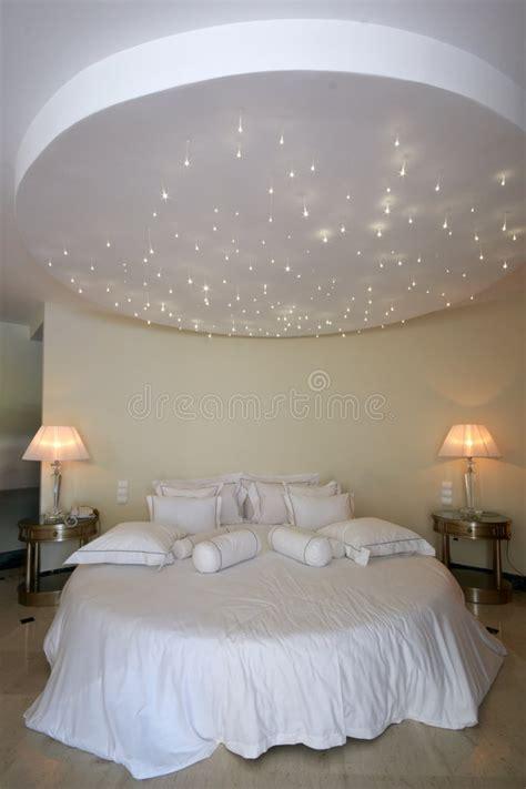 Rundes Bett Mit Sternlampe Auf Der Decke Stockfoto Bild