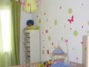 chambre bébé vert anis deco chambre avec mur jaune par photosdecoration