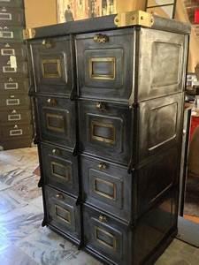 Poignée Meuble Industriel : magnifique meuble strafor datant de 1930 en patine graphite compos de 8 grands clapets ~ Teatrodelosmanantiales.com Idées de Décoration