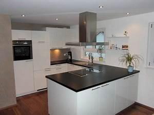 Arbeitsplatte Küche Schwarz : k che wei hochglanz arbeitsplatte schwarz wohndesign ~ Markanthonyermac.com Haus und Dekorationen