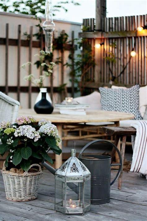 la terrasse bois impose le tempo dans le jardin