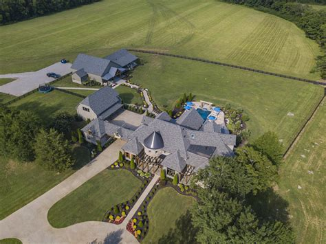 country  star jason aldeans rural tennessee estate