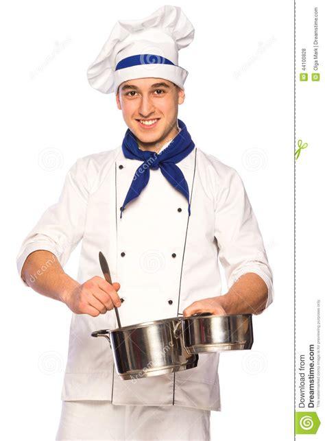 cuisine de chef chef de sourire de cuisinier avec la vaisselle de cuisine