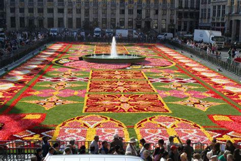 tapis de fleurs sur la grand place de bruxelles belgique