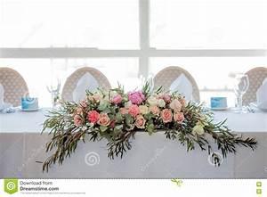 Tisch Blumen Hochzeit : blumenanordnung auf dem tisch blumen und wei e tischdecke hochzeit rosen pfingstrosen ~ Orissabook.com Haus und Dekorationen
