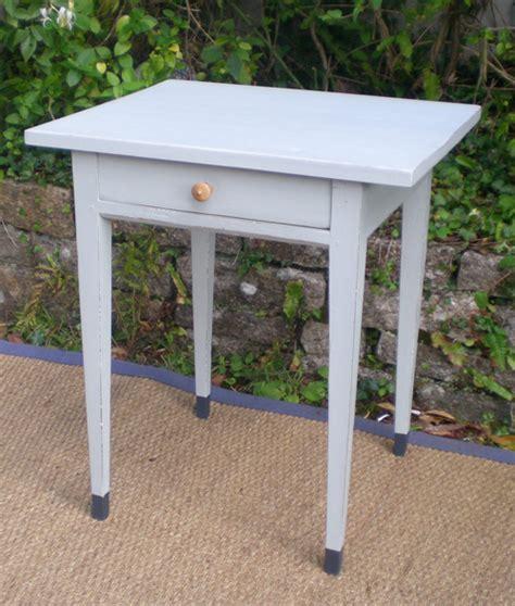 table d appoint pouvant servir de chevet en bois peint