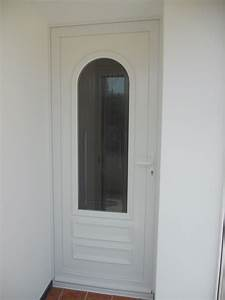 Pose d39une porte d39entree pvc en renovation a hyeres for Porte d entrée en renovation