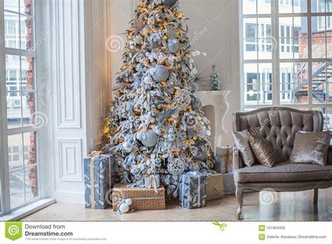 die wohnung wird mit einem weihnachtsbaum unter dem baum sind geschenke verziert stockfoto