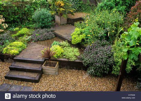 giardino terrazzato giardino terrazzato decking passi ghiaia di livelli di