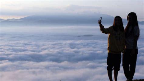 menikmati suasana negeri  atas awan lolai toraja utara