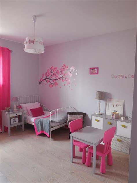 chambre de fille aux murs gris et fushia scenesdinterieur
